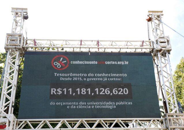 Imagem do 'Tesourômetro', um painel eletrônico que informa minuto a minuto o tamanho dos cortes em ciência e tecnologia no Brasil