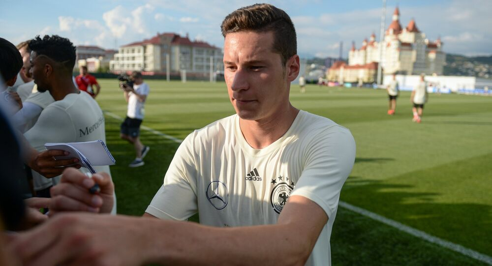 Capitão da seleção alemã, Julian Draxler, cumprimenta torcida