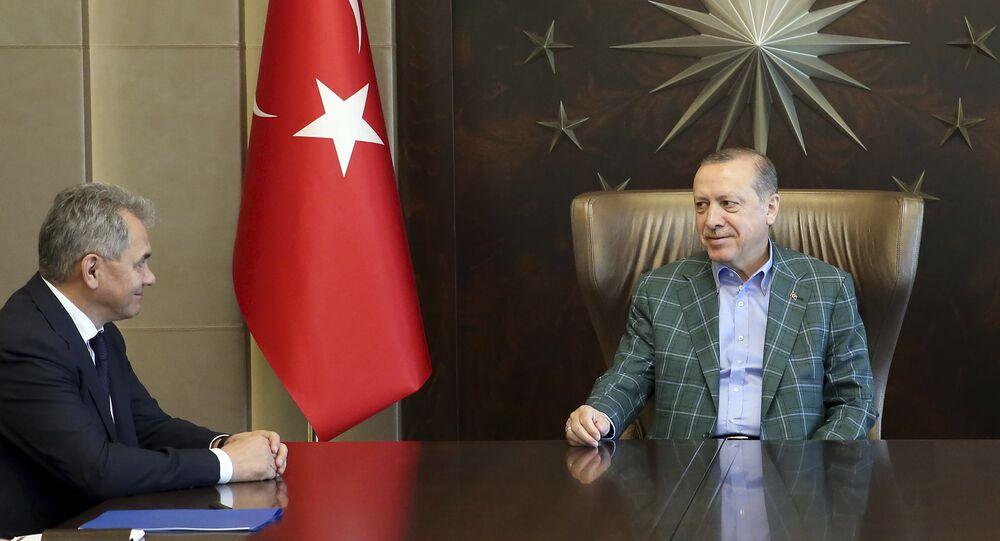Presidente turco, Recep Tayyip Erdogan, em encontro com o ministro da Defesa russo, Sergei Shoigu