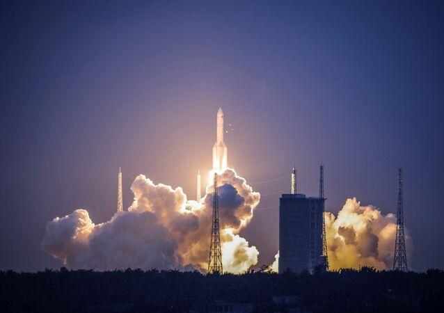 Veículo de lançamento pesado Changzheng 5 (Longa Marcha 5) decolando a partir do Centro de Lançamento Espacial de Wenchang, na província de Hainan, em 2 de julho de 2017