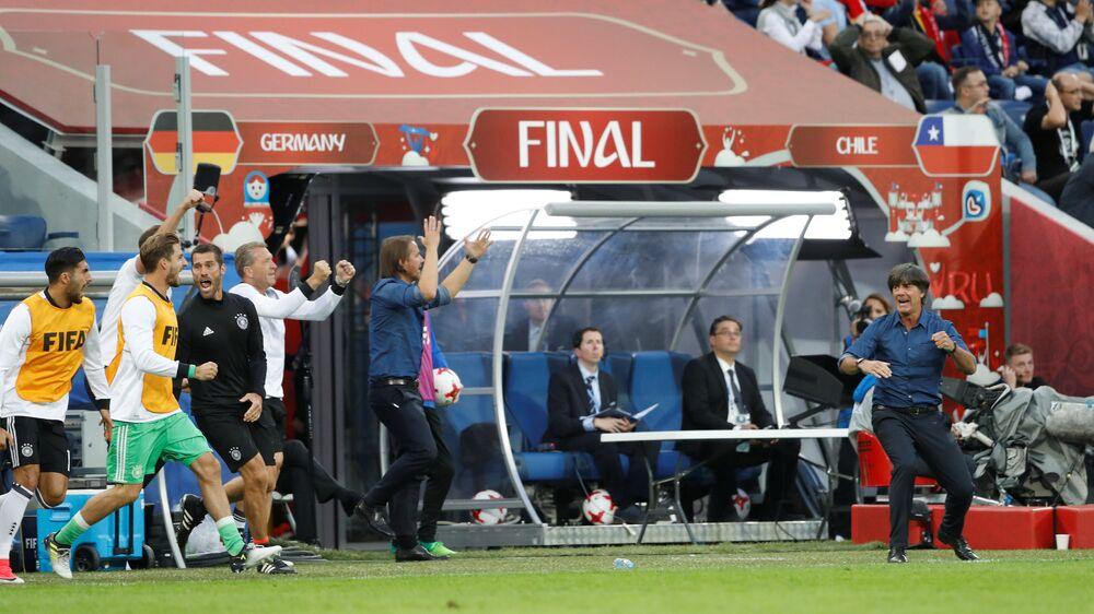 Alemães comemoram o gol de Lars Stindl