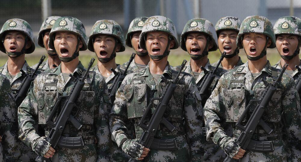 Soldados chineses gritando slogans enquanto o presidente Xi Jinping inspeciona o Exército de Libertação Popular, em 30 de junho de 2017