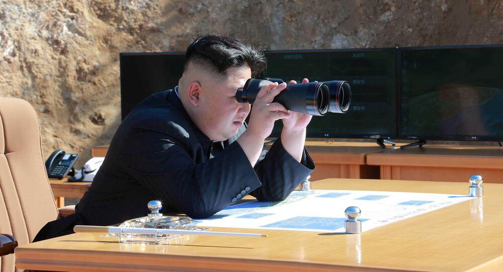 Kim Jong-un observa o lançamento de míssel intercontinental balístico realizado em 4 de julho de 2017