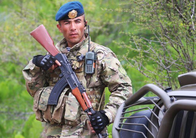 Um militar do Exército do Tajiquistão (foto de arquivo)
