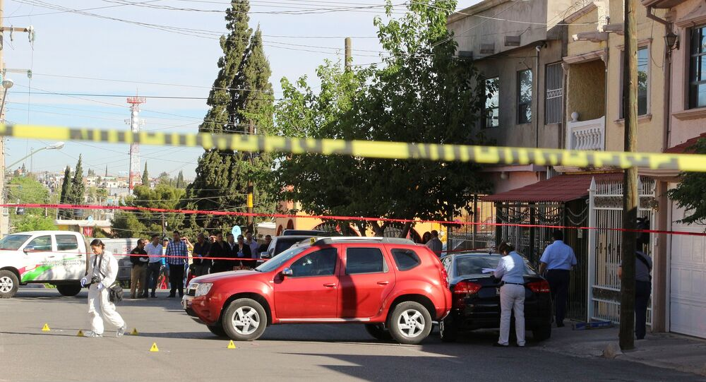 Peritos criminais analisando cena de crime em Chihuahua, México