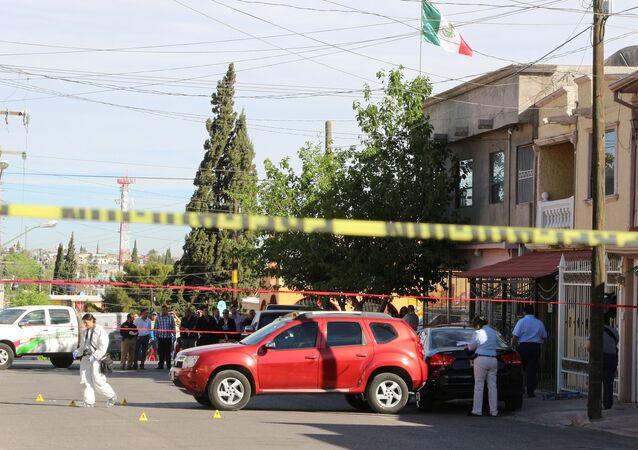 Peritos criminais analisando cena de crime em Chihuahua, México (arquivo)
