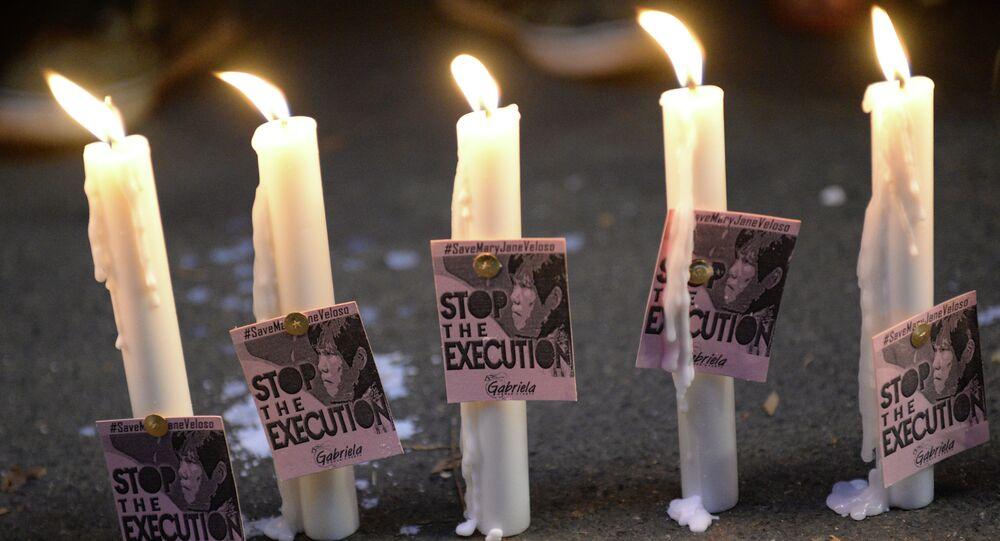 Vigília em protesto contra a execução da filipina Mary Jane Veloso, poupada pelas autoridades da Indonésia para ajudar em processo de tráfico