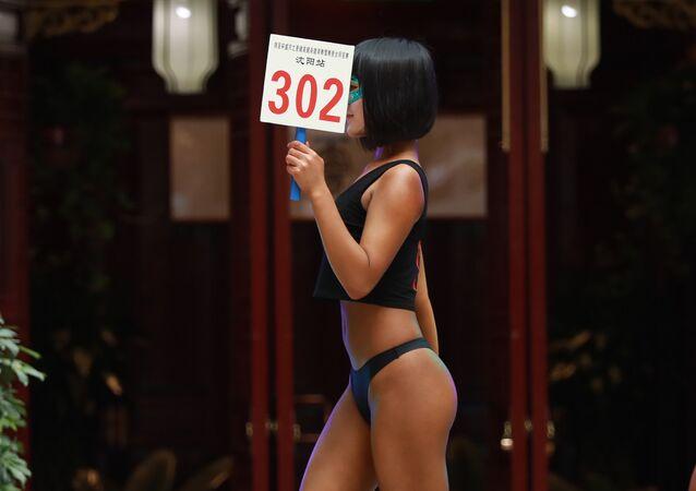 Miss Bumbum chinesa Gao Qian (centro)