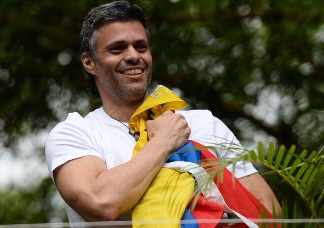 Opositor de Nicolás Maduro, Leopoldo López foi ovacionado pelos seus apoiadores após ser libertado em Caracas, na Venezuela