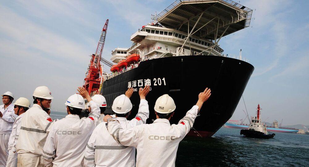 Trabalhadores portuários se despedem do primeiro navio chinês de perfuração para águas profundas, que segue viagem (foto de arquivo)