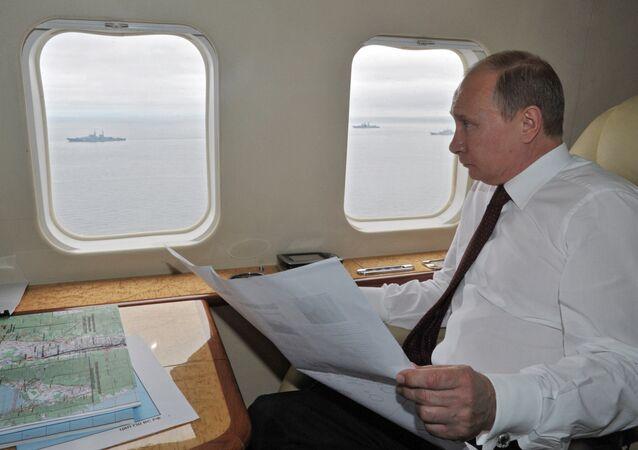 Presidente russo Vladimir Putin sentado em aeronave