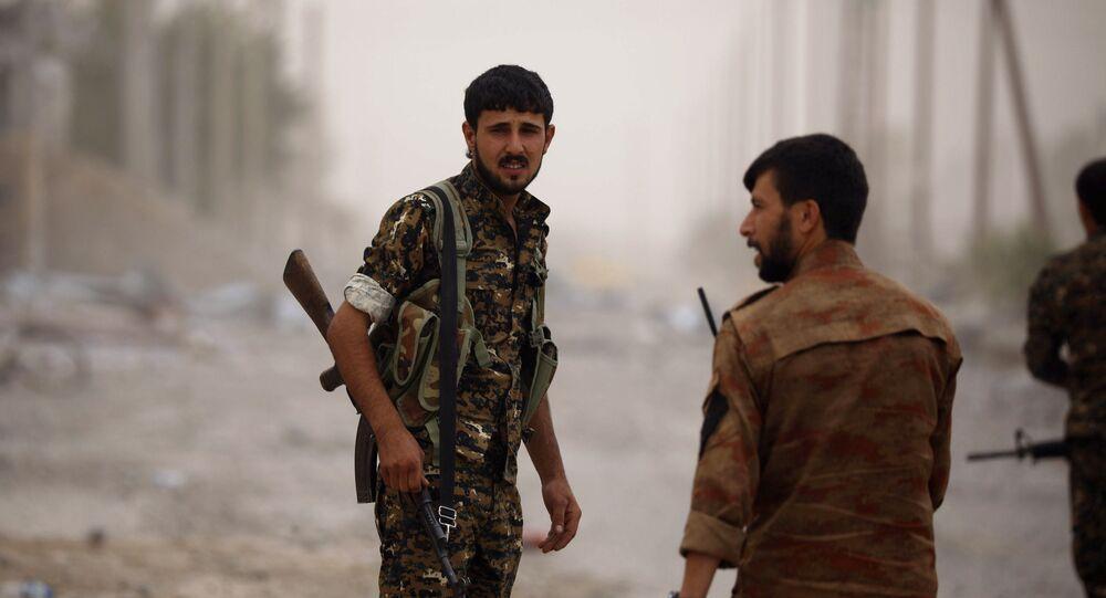 Combatentes das Forças Democráticas da Síria (FDS) em Raqqa (foto de arquivo)