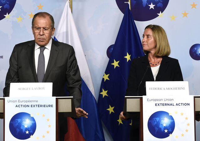 O chanceler russo, Sergei Lavrov, e a chefe da diplomacia da UE, Federica Mogherini, falando com a imprensa após encontro em Bruxelas, na sede da União Europeia (arquivo)