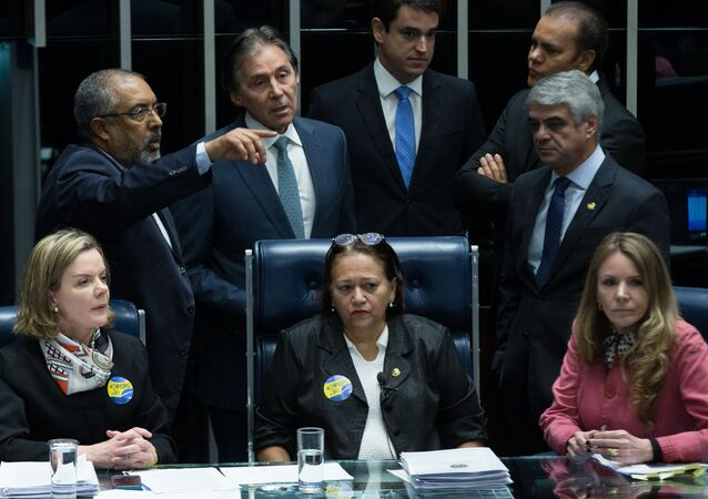 Senadoras Gleisi Hoffmann (PT-PR), Fátima Bezerra (PT-RN) e Vanessa Grazziotin (PCdoB-AM) ocupam a mesa destinada ao presidente do Senado, Eunício Oliveira (PMDB-CE)