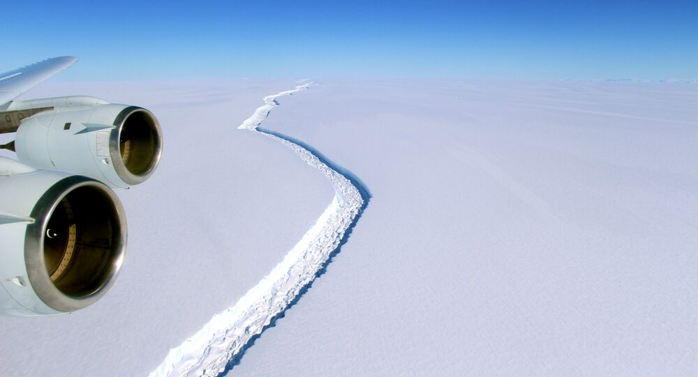 Rachadura é vista sobre a plataforma de gelo de Larsen C, na Antártida