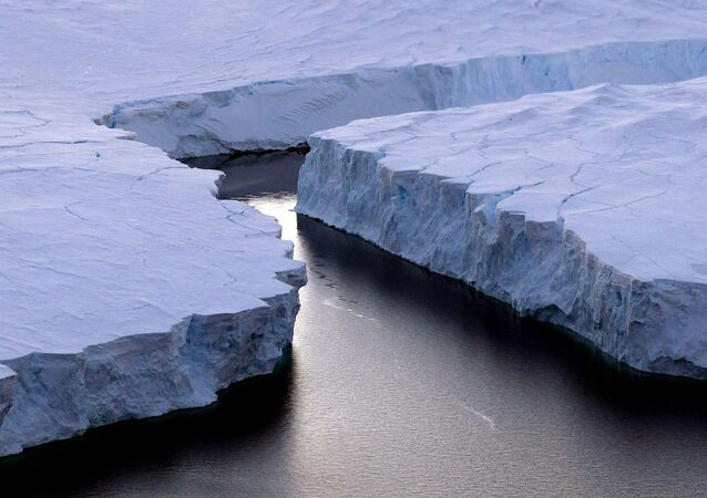 Um iceberg enorme (a direita) está se separando da Terra de Knox no Território Antártico Australiano em 11 de janeiro de 2008