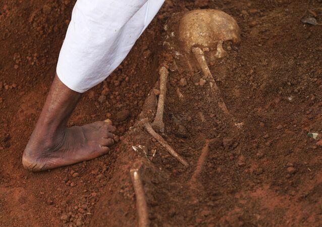 Esqueleto em fossa coletiva do Sri Lanka