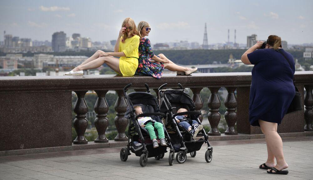 Meninas posam em um dos miradouros da capital russa, Vorobyovy Gory