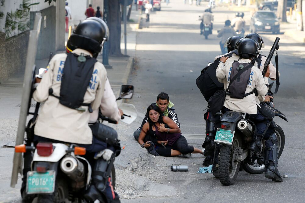 Vítimas de gás lacrimogênio nos protestos antigovernamentais na Venezuela