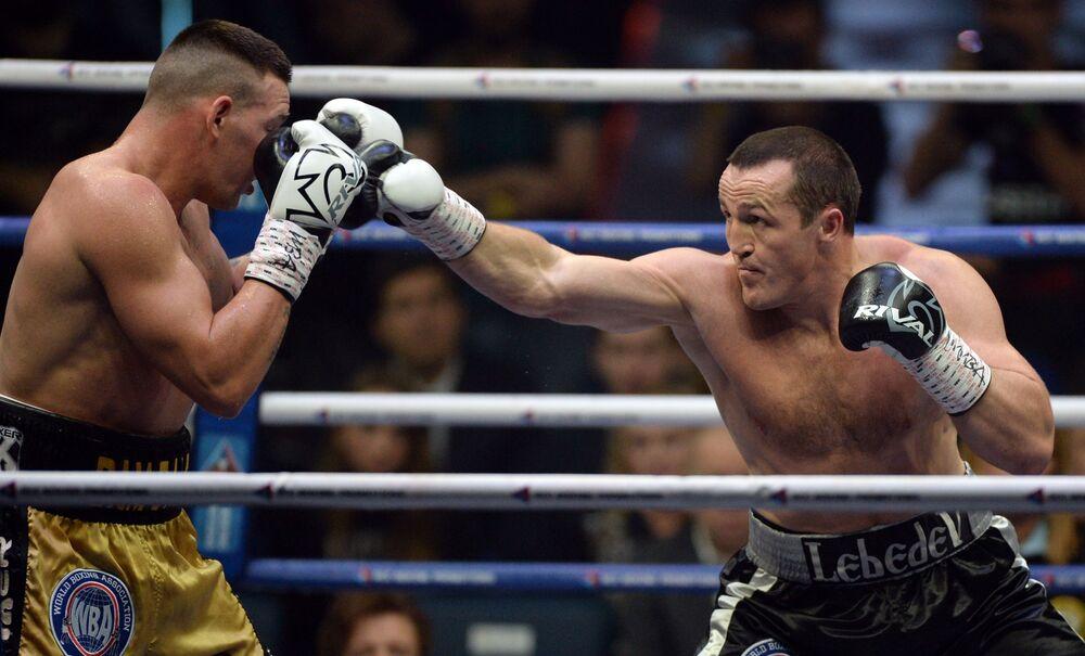 Lutadores Denis Lebedev (Rússia) e seu rival Mark Flanagan (Austrália) na luta pelo título de Campeão do Mundo de Boxe entre profissionais pesos-pesados