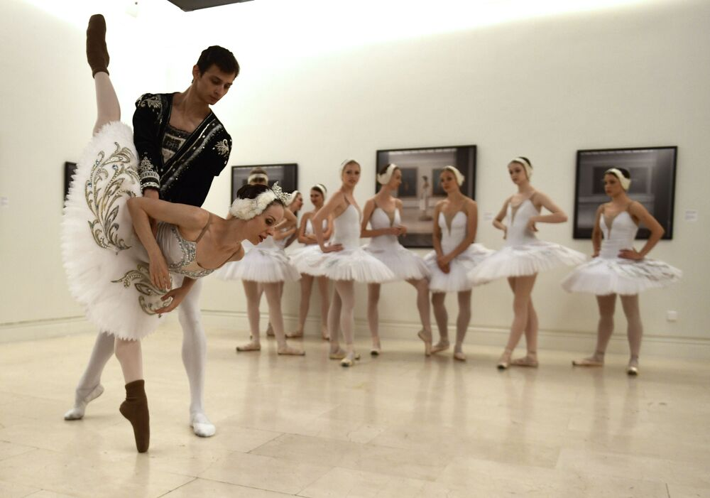 Dançarinos russos durante a tournée artística do balé O Lago dos Cisnes em Madrí, Espanha