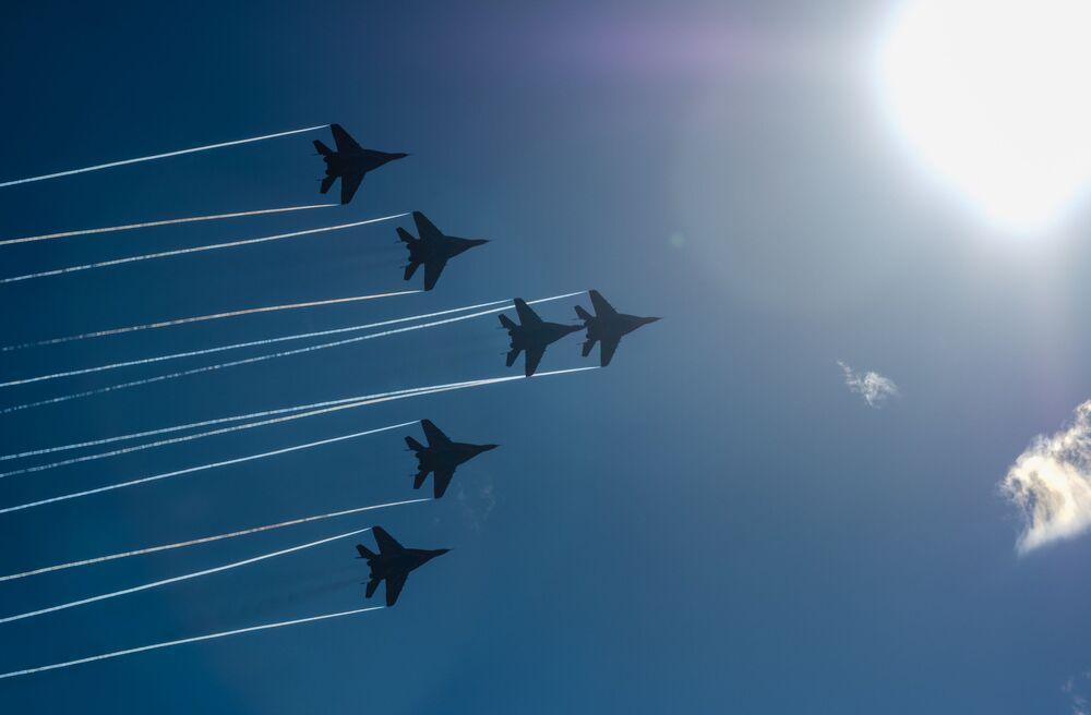Caças MiG-29 realizam voo de demonstração por ocasião do 105º  aniversário da Força Aeroespacial russa em São Petersburgo