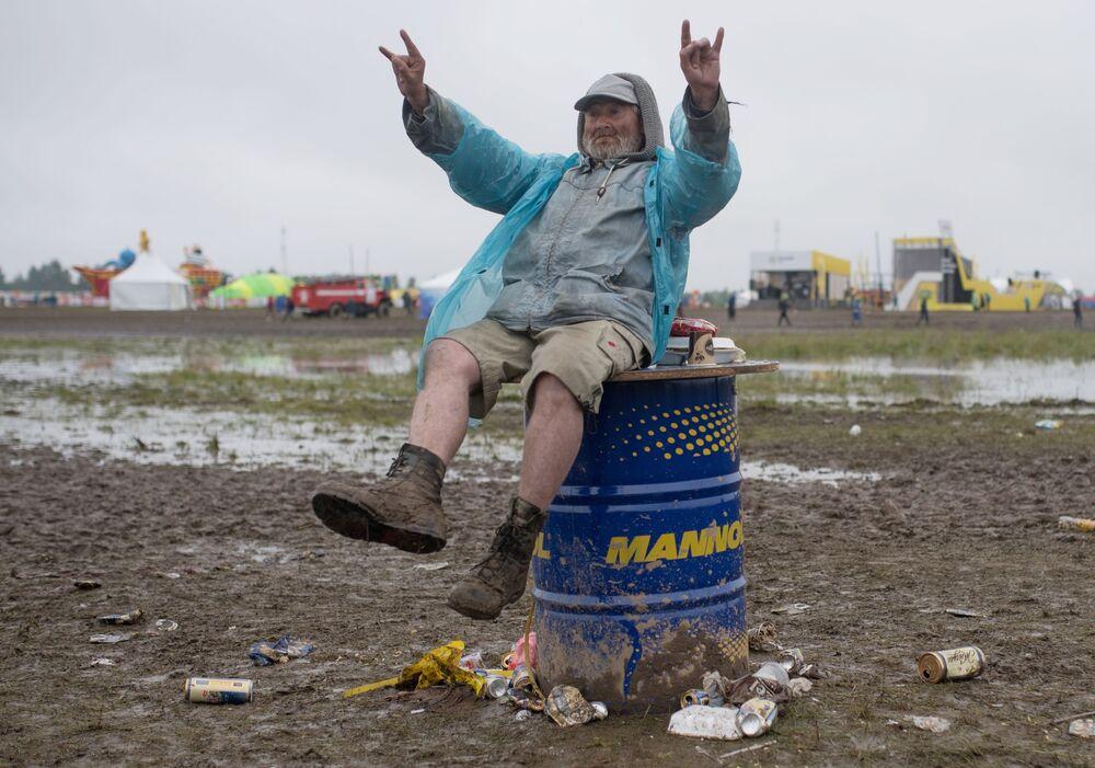 Espetador no festival musical Nashestvie, na região russa de Tver