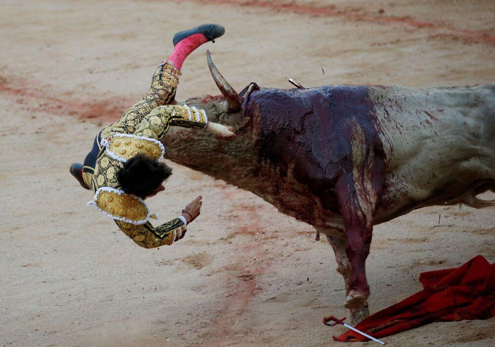 Toureiro luta com touro no festival de Pamplona, Espanha
