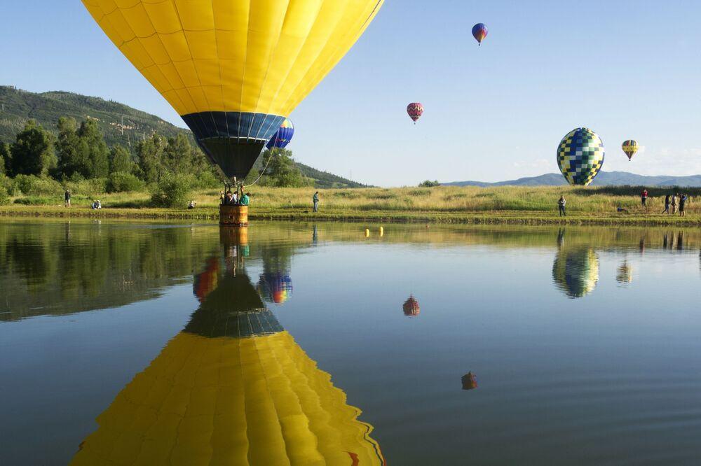 Balões no lago Bald Eagl, no show de balões no estado de Colorado, EUA