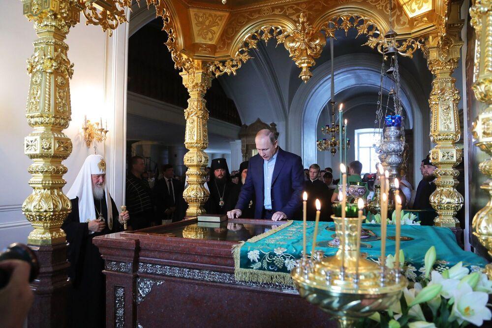 Presidente Vladimir Putin e o patriarca da Igreja Ortodoxa Russa, Kirill, na Catedral da Transfiguração do Mosteiro de Valaam, no dia da memória dos santos Serguei e Guerman, fundadores do mosteiro