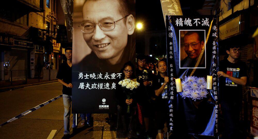 Manifestantes levam velas e flores em marcha para lamentar a morte do premio Nobel Liu Xiaobo, em Hong Kong
