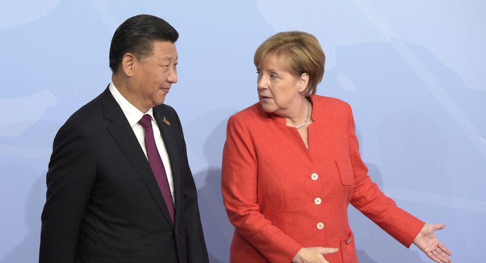 Presidente chinês, Xi Jinping, com chanceler alemã, Angela Merkel, durante cúpula G20 em Hamburgo, Alemanha