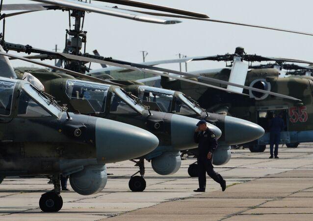 Helicópteros no aeródromo Chernigovka, região de Primorie, Rússia