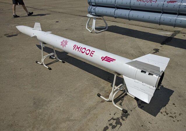 Maqueta do míssil 9M100E