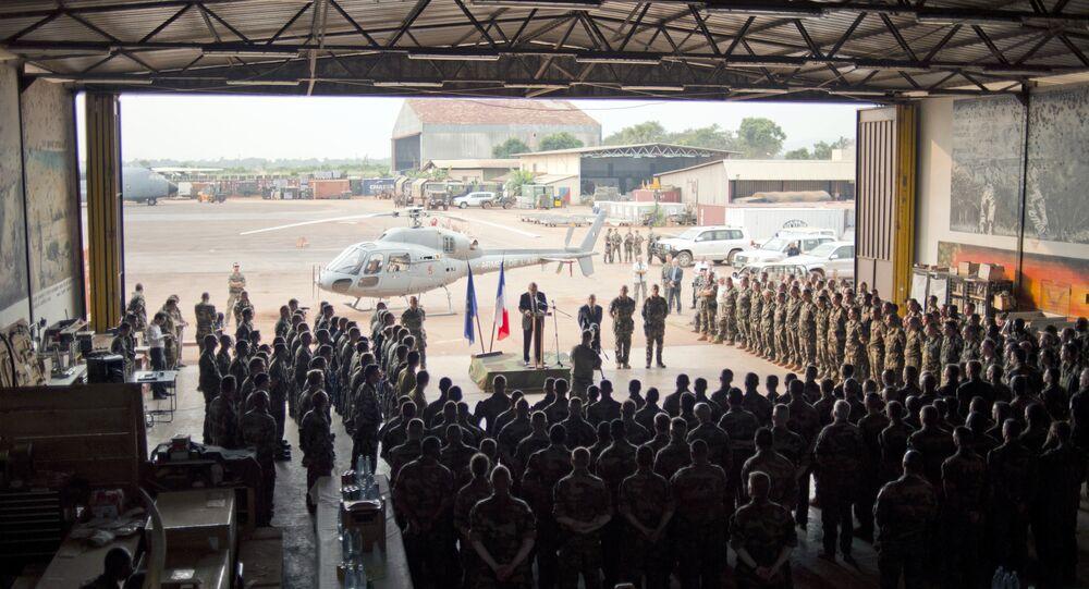 Soldados franceses na República Centro-Africana ouvem discurso do ministro da Defesa da França, Jean-Yves Le Drian, em base militar de Bangui