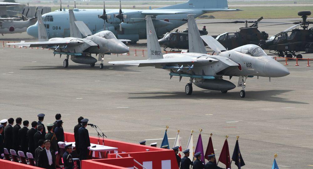 Premiê japonês Shinzo Abe revisa caças miliatares japoneses