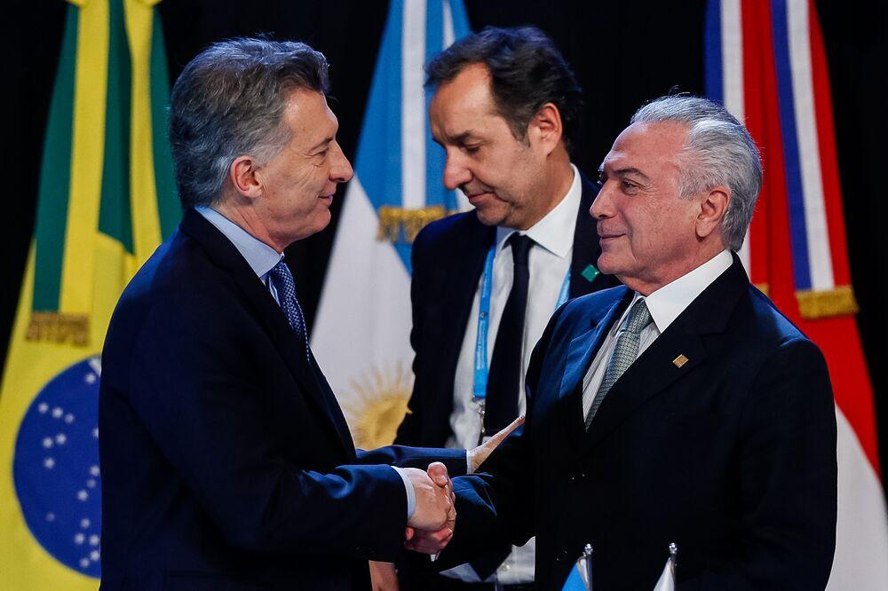 Temer e Macri se cumprimentam, durante a continuação da Sessão Plenária dos Senhores Presidentes dos Estados Membros do Mercosul, Estados Associados, México e Convidados Especiais