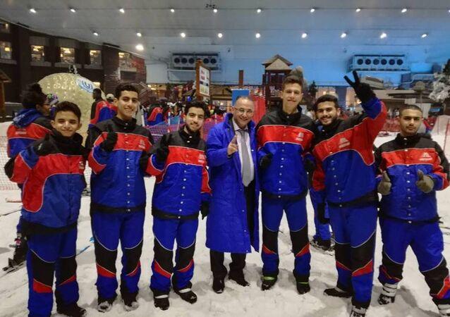 Imagem da chegada da delegação síria ao Rio para Olimpíada Internacional de Matemática (IMO, em inglês), com a presença de Hafez Assad (terceiro, da direita para esquerda)