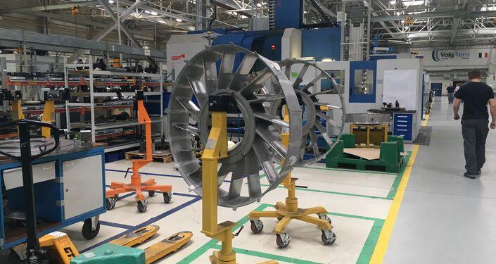 Os fans (ventoinha, em inglês) dos motores SaM146 na fábrica da Saturn
