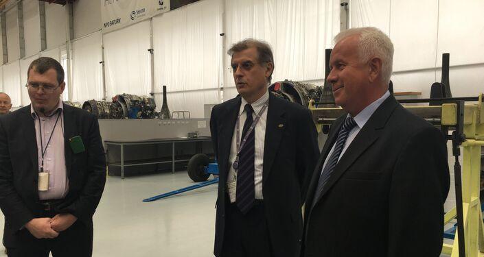 O diretor do projeto do SaM146, Mikhail Berdennikov, e diretor do setor de montagem da Saturn, Mikhail Sasarin, falam aos jornalistas durante uma excursão pela fábrica em Rybinsk