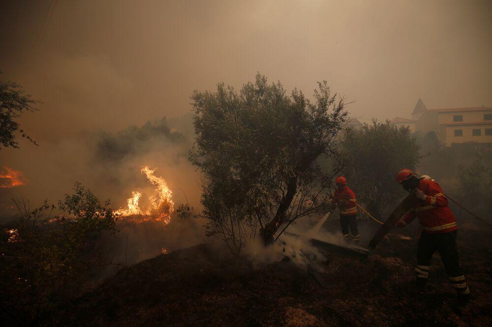 Mais de mil bombeiros estão trabalhando no combate ao incêndio