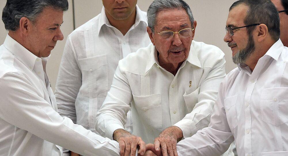 Raul Castro (centro) sela acordo de paz entre o presidente Juan Manoel Santos (à esquerda) e o líder das FARCs, Timoleon Jimenez