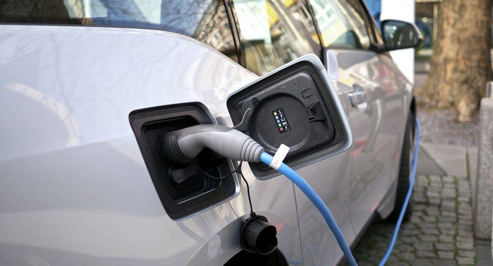 Carro elétrico sendo recarregado