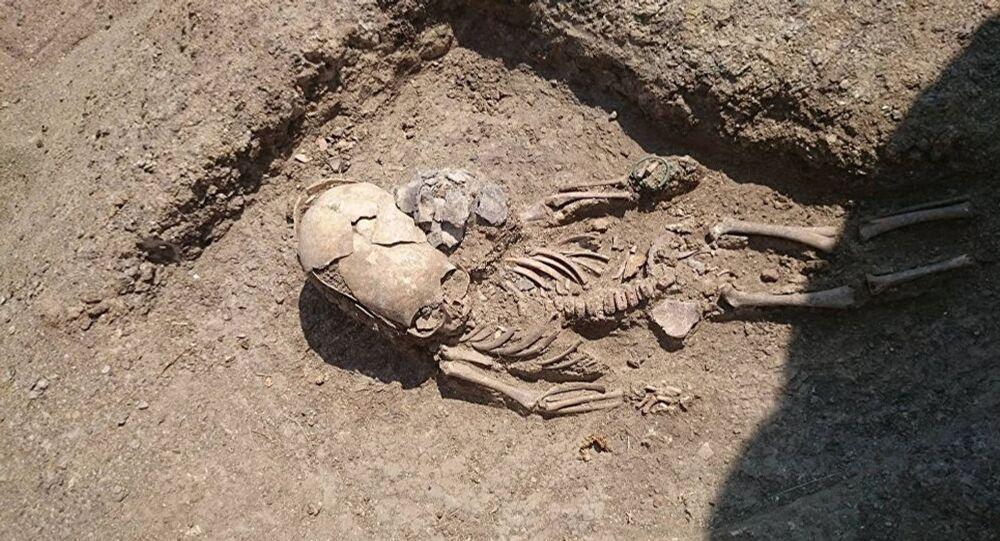 Esqueleto de um bebê do século II encontrado durante as escavações perto de Kerch, Crimeia (imagem referencial)