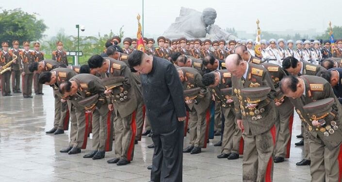 Kim Jong-un e altos militares coreanos rendem homenagem junto ao túmulo dos combatentes da Guerra da Coreia