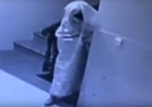 Chinês se disfarça de fantasma para assaltar apartamento