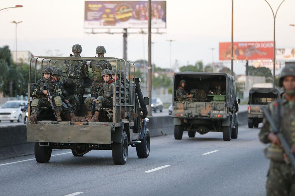 Tropas do Exército patrulham na Linha Vermelha após o início da operação de reforço das Forças Armadas na segurança do Rio de Janeiro