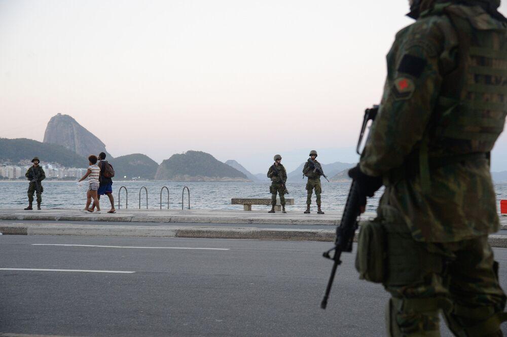 Militares patrulham a praia de Copacabana em operação das Forças Armadas no Rio de Janeiro
