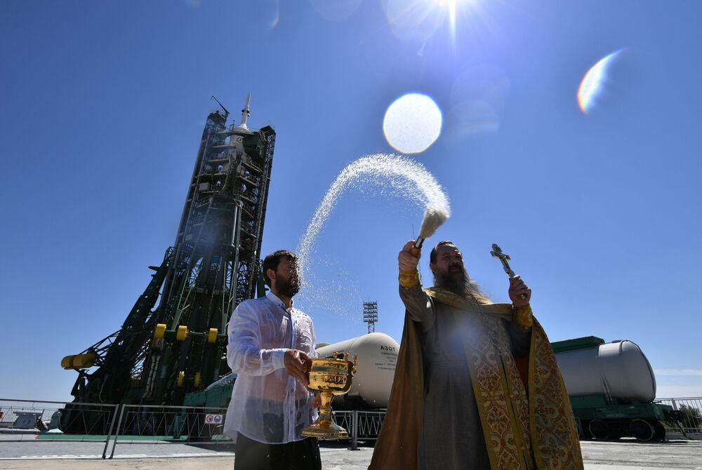 Um padre ortodoxo benze o foguete portador Soyuz no cosmódromo de Baikonur antes de seu lançamento para a Estação Espacial Internacional