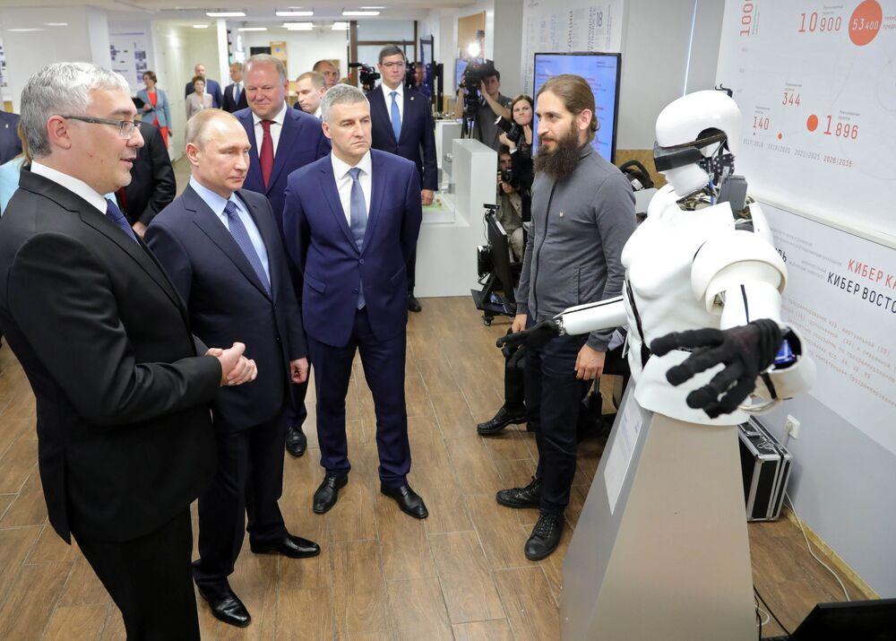 O presidente russo, Vladimir Putin, durante uma visita à Agência de Iniciativas Estratégicas, na cidade russa de Petrozavodsk, na república da Carélia